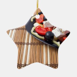 Seitenansicht des frischen vegetarischen Salats Keramik Stern-Ornament