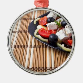 Seitenansicht des frischen vegetarischen Salats Rundes Silberfarbenes Ornament