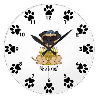 Shalom! - Niedlicher Mopshund mit Menorah Große Wanduhr