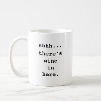 Shhh… Es gibt Wein herein hier. Kaffee-Tasse Tasse
