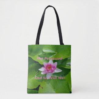 Sie bestand rosa Lotus auf lilypads fort