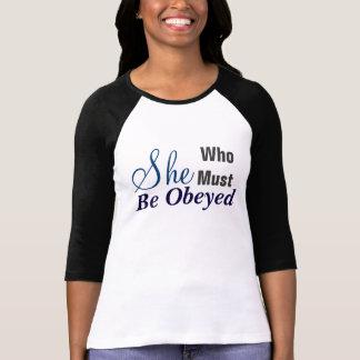 Sie, die das Jersey-T - Shirt der befolgten Frauen