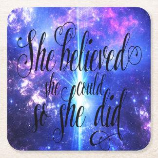 Sie glaubte an schillernde Himmel Rechteckiger Pappuntersetzer