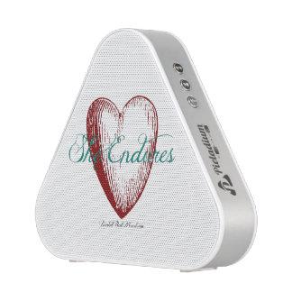 Sie hält Herz-Lautsprecher aus Bluetooth Lautsprecher
