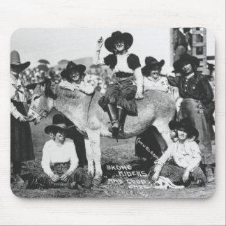 Sieben Rodeo-Cowgirls, die im Scherz mit einem Mauspads
