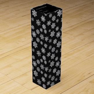 Silberne Schneeflocken auf einem schwarzen Wein-Geschenkverpackung