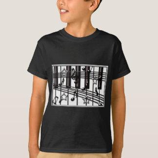 Silberne schwarze Klavier-Tastatur merkt und T-Shirt