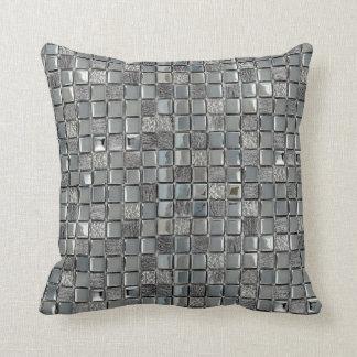 Silbernes metallisches Fliesenmuster deckt Kissen