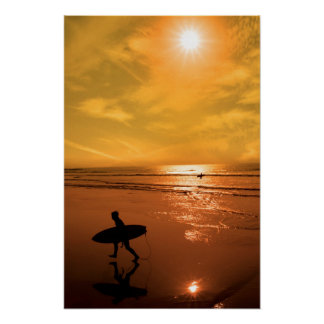 Silhouette von Surfer gehend vom Meer Poster