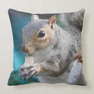 Simone Eichhörnchen isst eine Erdnuss Kissen