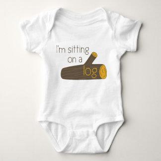 Sitzen auf einem Klotz Baby Strampler
