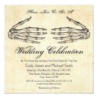 Skelett übergibt gotische Hochzeits-Einladung Karte