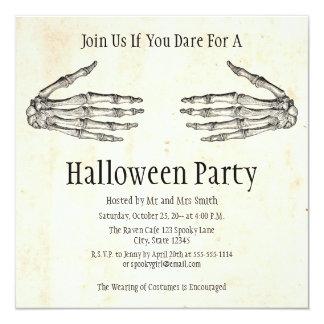 Skelett übergibt Halloween-Einladung Karte