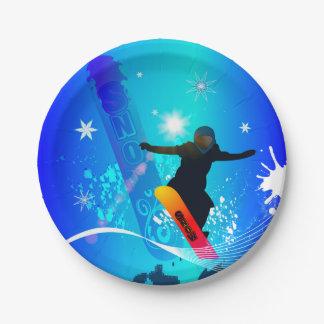 Snowboarding, Snowboarder mit Brett auf blauem Pappteller