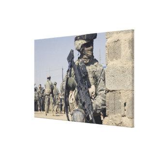 Soldat bewaffnet mit einem MK-48 Galerie Faltleinwand