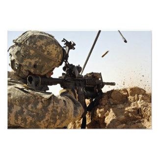 Soldat engagiert sich feindliche Kräfte Fotodrucke
