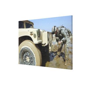Soldat löst ein Seil, um ein humvee zu schleppen Leinwanddruck