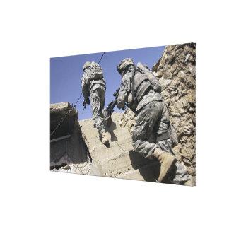 Soldaten, die oben Treppenhaus eines Gebäude Gespannter Galerie Druck