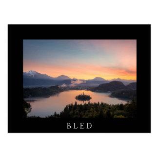 Sonnenaufgang über See blutete schwarze Postkarte