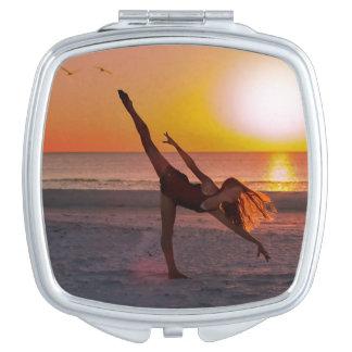 Sonnenuntergang-Ballett auf dem Strand Taschenspiegel
