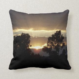 Sonnenuntergang durch Baum-Natur-Fotografie Kissen