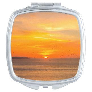 Sonnenuntergang-Küste mit orange Sun und Vögeln Taschenspiegel