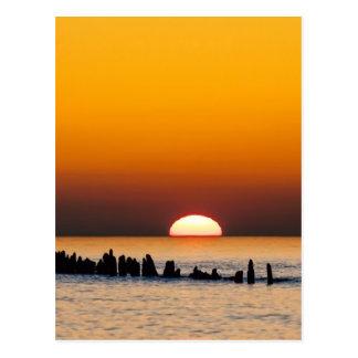 Sonnenuntergang mit Angler auf Ufer der Ostsee Postkarten
