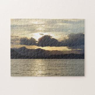 Sonnenuntergang über dem Gebirgspuzzlespiel Puzzle