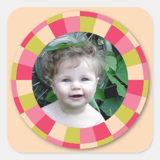 Spaß-Kreisrahmen - rosa Blatt auf hellgelbem Quadrataufkleber