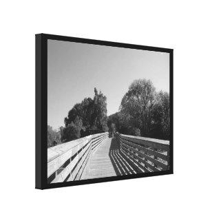 Spur mit Bretterzaun in Schwarzem u. im Weiß Leinwanddruck
