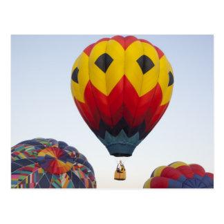 Startende Heißluftballone Postkarte