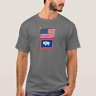 Sternflagge US 44 auf Pfosten mit Wyoming T-Shirt
