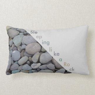 Stilvolles Kiesel-Stein-Kissen, schlafend wie ein Zierkissen
