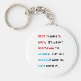 STOPPEN Sie, zu viel zu denken: Wishdom Wörter Standard Runder Schlüsselanhänger