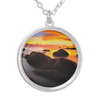 Strand-Landschaft am Sonnenaufgang Versilberte Kette