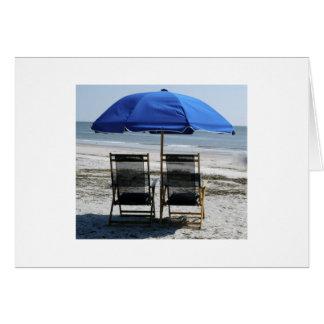 Strand-Stühle und Regenschirm Karte