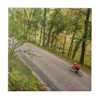 Straße, die auf ländliche Land-Straße radfährt Fliese