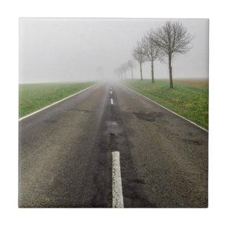 Straße im Nebel führt zu nichts Fliese