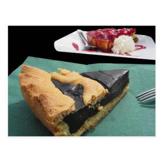 Stück Schokoladenkuchen und Käsekuchen Postkarte