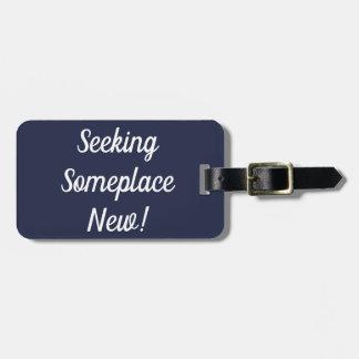 Suchen des irgendwo neuen Gepäckanhängers Kofferanhänger