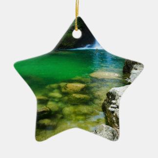 Summieren Sie Wasserfall in Vintgar Schlucht, nahe Keramik Ornament