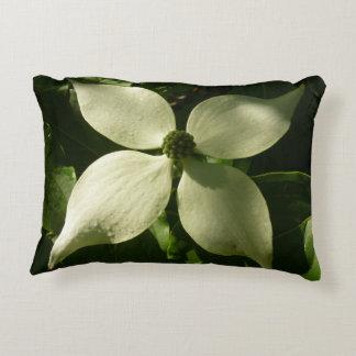 Sunlit Hartriegel-Blüten-weißer Frühling mit Dekokissen