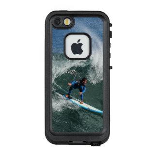 Surfer auf blauem und weißem Surfbrett LifeProof FRÄ' iPhone SE/5/5s Hülle