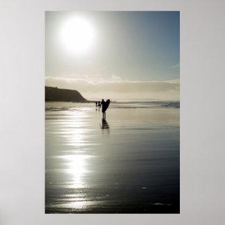 Surfer- und Leute-Silhouette heraus auf dem Strand Poster