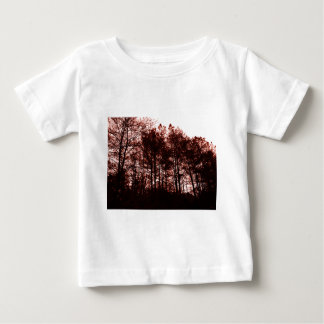 Surrealer hochroter Wald Baby T-shirt