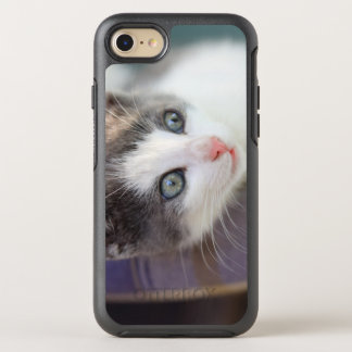 Süßer Kitty im karierten Bett OtterBox Symmetry iPhone 7 Hülle