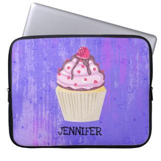 Süßer kleiner Kuchen mit Himbeere auf Laptopschutzhülle