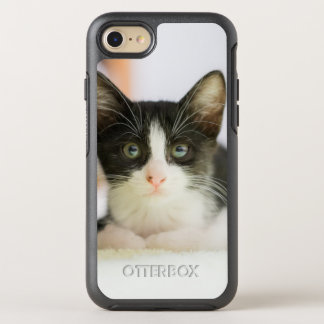Süßes weißes und schwarzes Kätzchen OtterBox Symmetry iPhone 7 Hülle