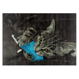 Tabby-Katze mit Feder durch Shirley Taylor Schneidebrett