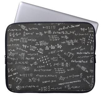Tafel mit Mathe-Formeln und Zahlen Laptopschutzhülle